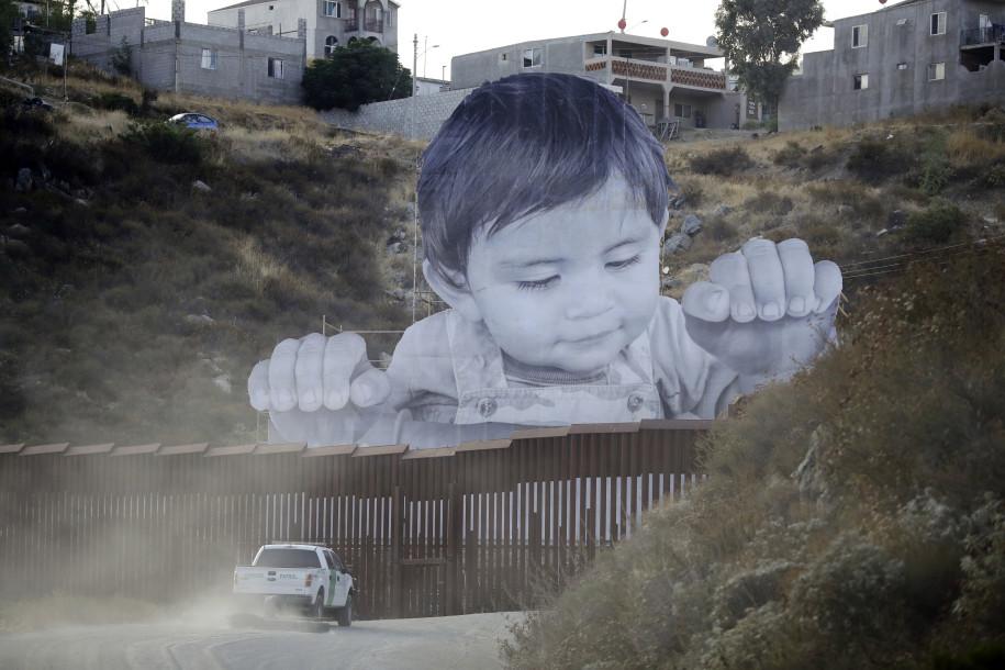 Foto18 Foto gigante na fronteira Foto gigante na fronteira incita debate migratório