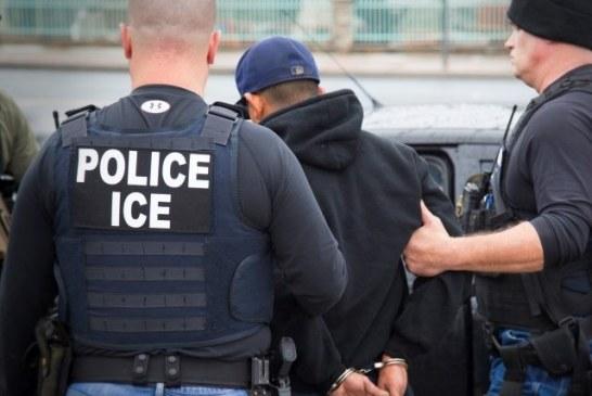 Agentes do ICE à paisana prendem indocumentados na saída de tribunal