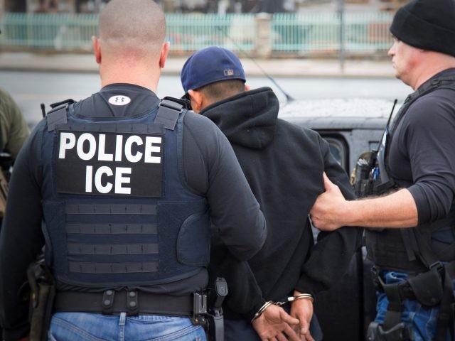 Foto27 Prisao ICE Agentes do ICE à paisana prendem indocumentados na saída de tribunal