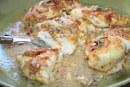 Frango incrustado com amêndoas e recheado com queijo brie e damasco