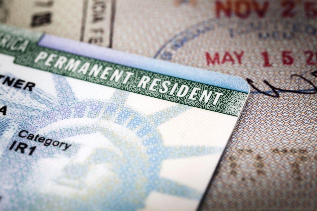 Foto14 Green Card 1024x683 Recipientes de asilo devem aplicar para o green card antes da cidadania
