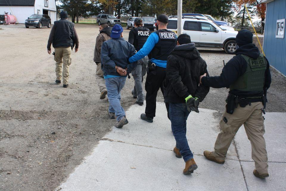 Foto2 Prisao ICE  Batida resulta na prisão de 18 trabalhadores indocumentados
