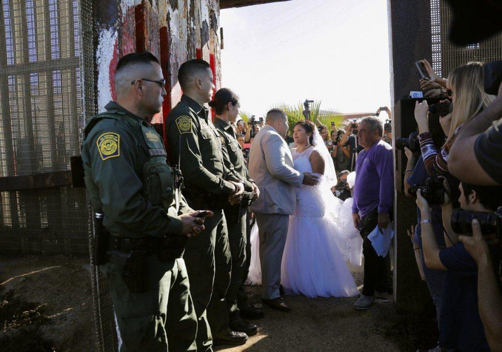 """Foto24 Brian Houston e Evelia Reyes 1024x717 Americano casa com mexicana em """"Porta da Esperança"""" na fronteira"""