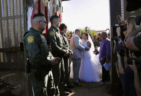 """Americano casa com mexicana em """"Porta da Esperança"""" na fronteira"""