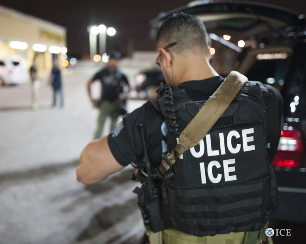 Foto3 Agente ICE ICE prende imigrante em tribunal no Brooklyn