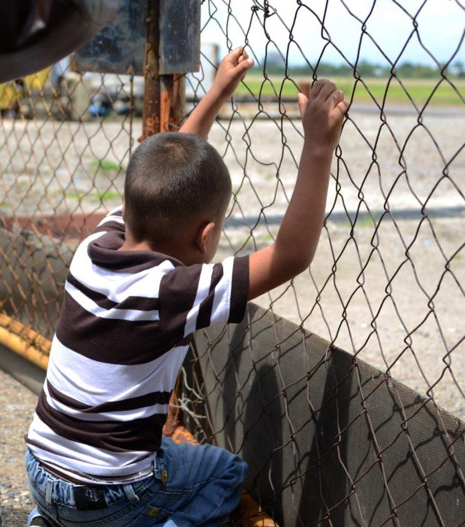 Foto6 Crianca detida 904x1024 Trump planeja separar pais e filhos em centros de detenção
