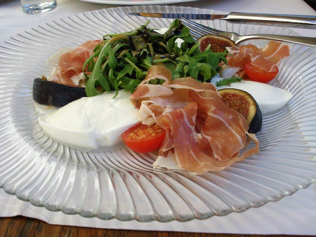 salada de rucula com figo e prosciutto 1024x768 Salada de rúcula com figo, prosciutto e muçarela de búfala