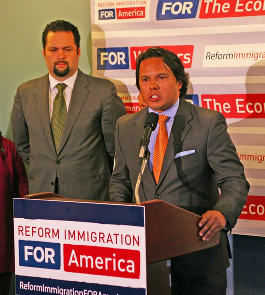Foto27 Samuel Rodriguez  918x1024 Após orar na posse, pastor retira apoio a Trump por postura anti migrante