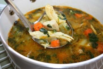 Sopa de galinha com legumes e limão