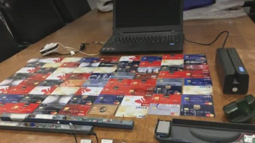 Foto12 Material apreendido 1024x577 4 brasileiros são presos por clonagem de cartões de crédito