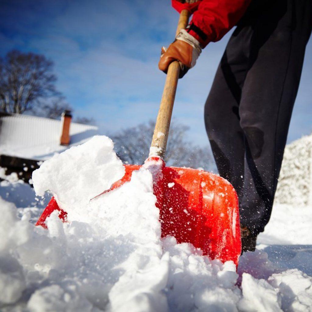 Foto15 Tirando a neve com a pa 1024x1024 Neve poderá acumular 6 polegadas no domingo (4)