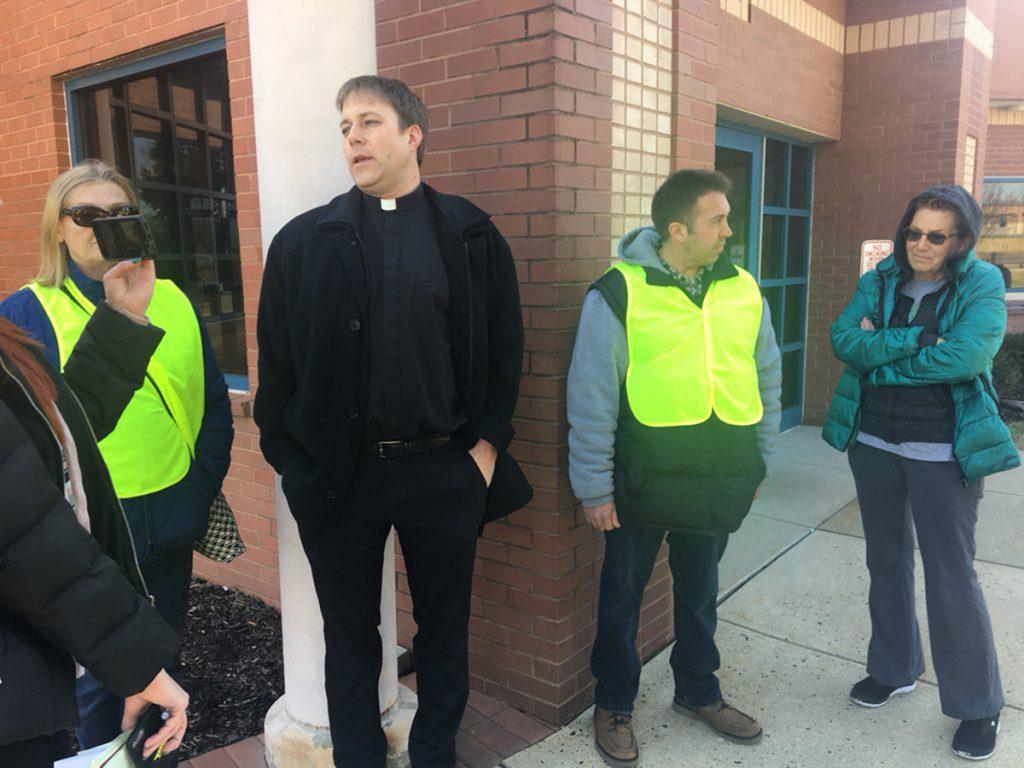 """Foto2 Voluntarios do DIRE 1024x768 Ativistas agem como """"vigias"""" e alertam sobre o ICE em tribunais"""