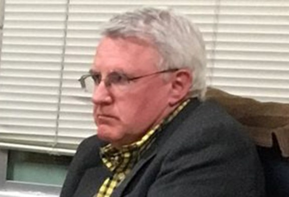 Vice-prefeito demitido por insultar imigrantes mantém emprego público