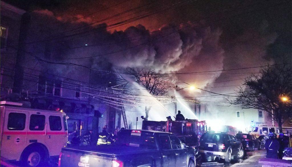Foto30 Incendio Newark 1024x588 Incêndio destrói prédios e desabriga brasileiros em Newark