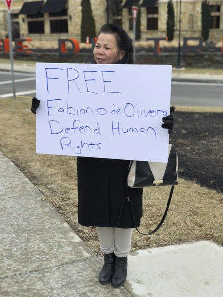 Foto4 Manifestante Massachusetts Ativistas protestam contra prisão de brasileiro em MA