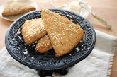 Scone integral com farinha de coco e sementes de gergelim