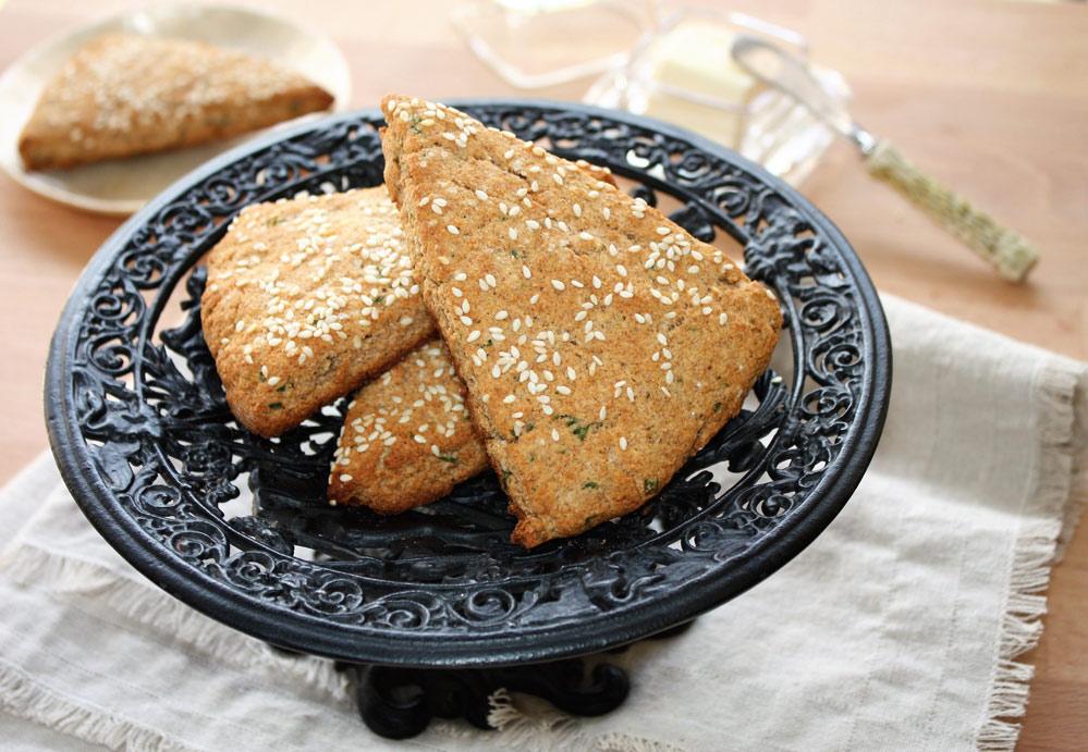 Scone integral com farinha de coco e sementes de gergelim Scone integral com farinha de coco e sementes de gergelim