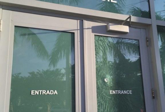 Consulado de Miami reabre após tiro contra porta