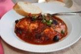 Salmão assado ao molho de tomate com vinho
