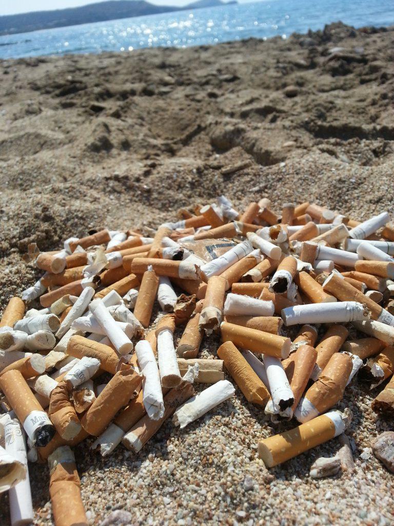 Foto12 Pontas de cigarro na praia  New Jersey avalia proibir fumar em todas as praias