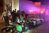 Polícia encontra quase 100 imigrantes escondidos em caminhão no TX