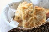 Pão de queijo com mostarda e cebolinha