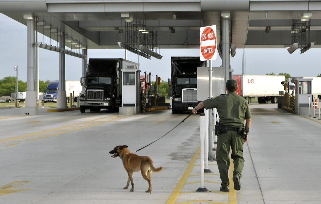 Foto23 Posto da Alfandega em Laredo 10 brasileiros são encontrados em caminhão no Texas
