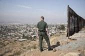 Imigrante fratura as pernas ao pular de muro na fronteira