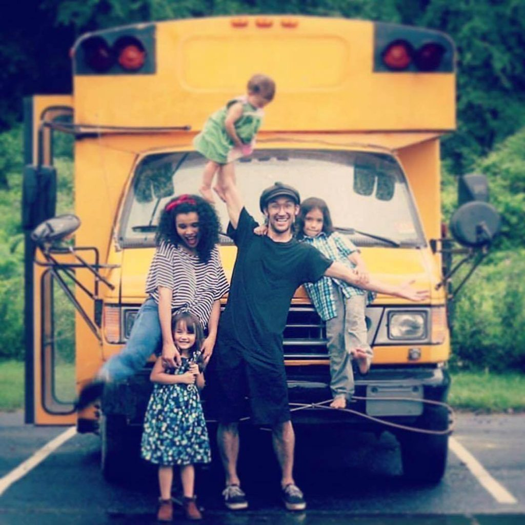 """Foto14 Familia Reis Brasileiros transformam ônibus escolar em """"casa"""" e viajam pelos EUA"""