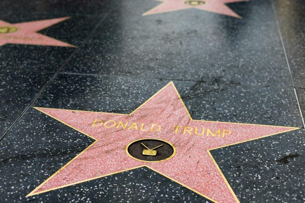 """Foto22 Estrela de Trump Aprovada proposta de tirar nome de Trump da """"Calçada da Fama"""""""