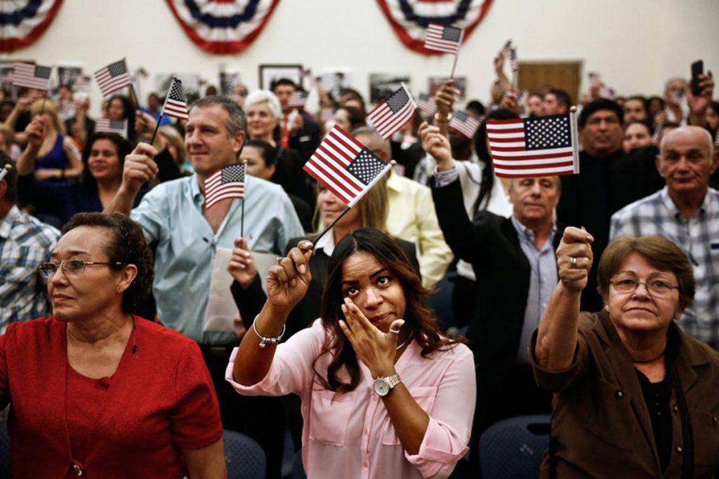 Foto24 Cerimonia de naturalizacao Trump planeja limitar cidadania para milhões de imigrantes legais