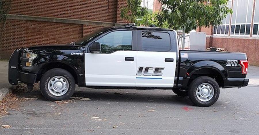 """Foto8 Viatura da Policia de Princeton Viatura com adesivo pela metade é confundida com """"ICE"""""""
