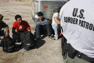 Patrulheiros descobrem quase 200 imigrantes no deserto