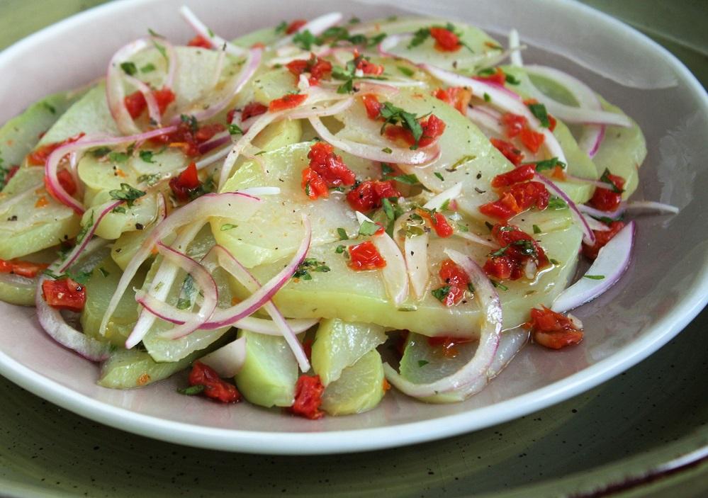 Salada vinagrete de chuchu com tomate seco Salada vinagrete de chuchu com tomate seco