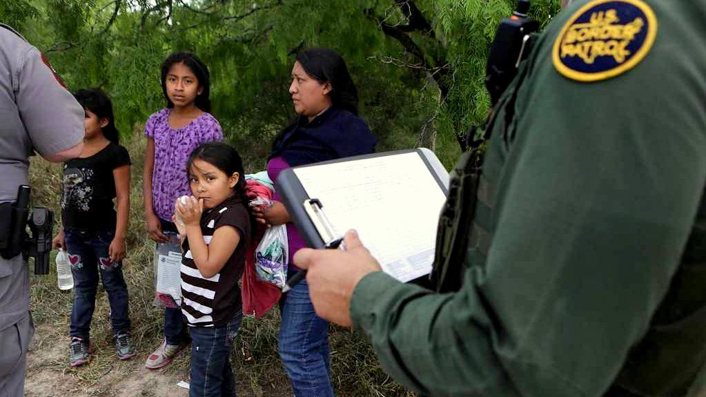 """Foto25 Prisao na fronteira 1 """"Coiotes"""" atraem imigrantes com cidadania """"garantida"""" nos EUA"""