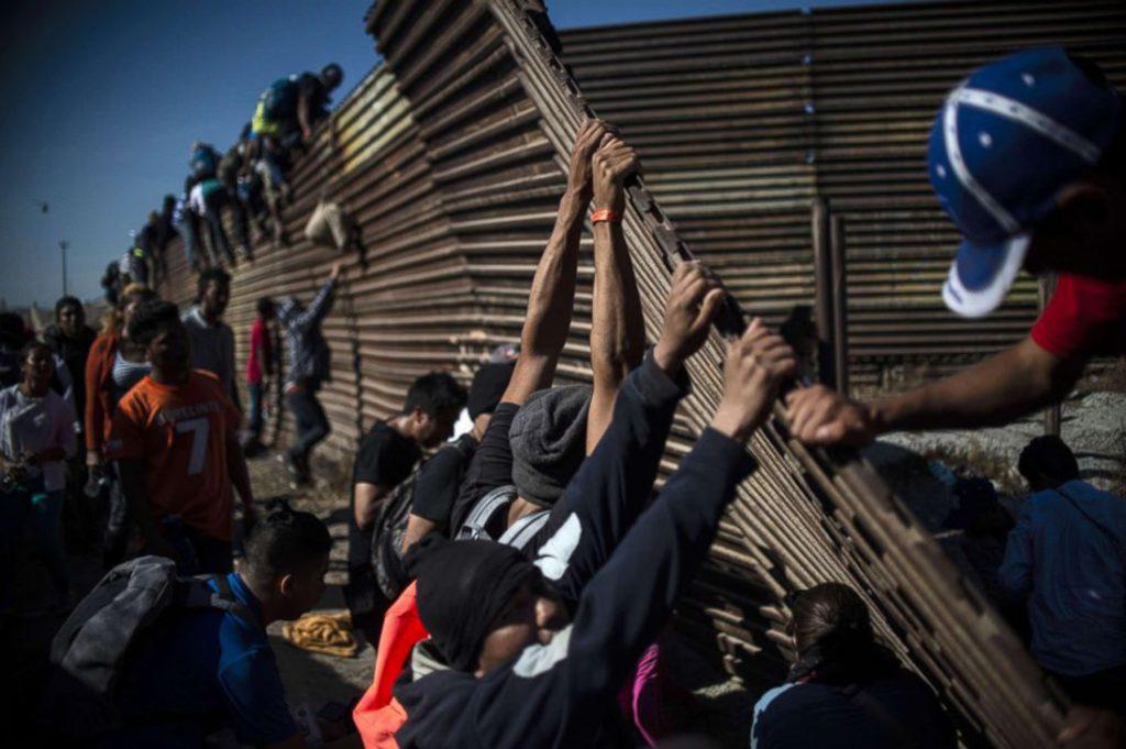 Foto26 Conflito na fronteira Imigrante se fere ao despencar de cerca na fronteira