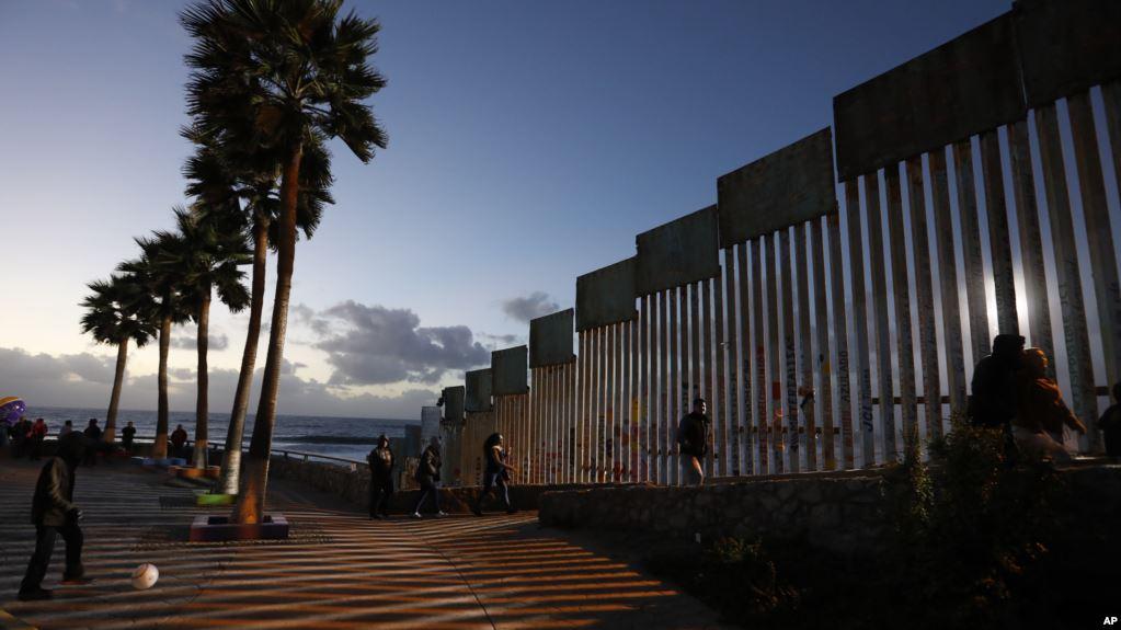 Foto11 Cerca na fronteira Membro de caravana na fronteira dá à luz no lado dos EUA
