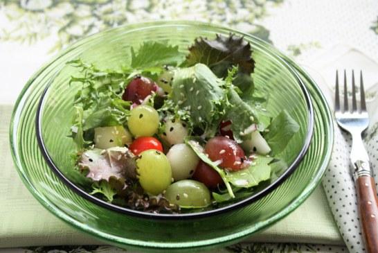 Salada de folhas com uvas e sementes de gergelim