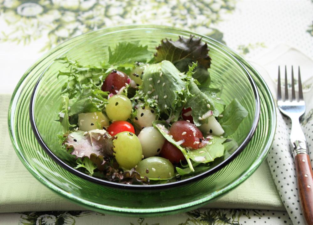 Salada de folhas com uvas e sementes de gergelim 002 Salada de folhas com uvas e sementes de gergelim