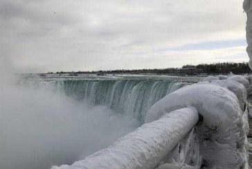 Frio congela as Cataratas de Niágara