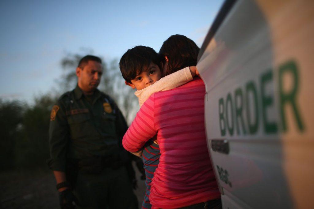 """Foto25 Entrada clandestina nos EUA Aumenta o desespero de imigrantes e lucro de """"coiotes"""" na fronteira"""