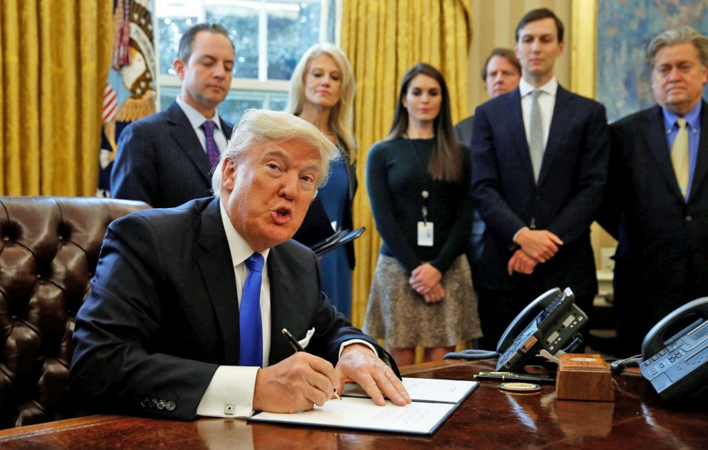 "Foto26 Donald Trump e auxiliares Christie acusa Trump de ter ""más companhias"""