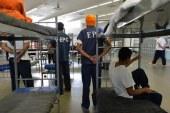 ICE alimenta à força imigrantes em greve de fome no TX