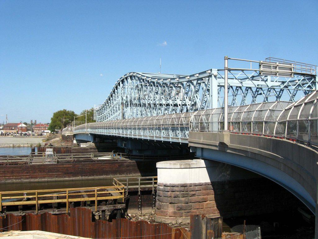 Foto5 Ponte Jackson Street Homem tenta suicídio ao pular de ponte em Newark