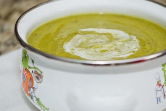 Sopa de abobrinha com ervilha