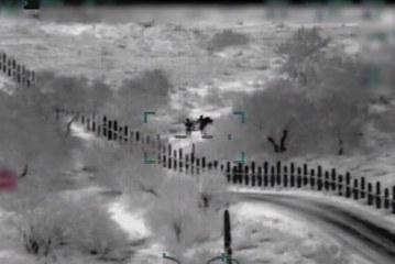 """Vídeo mostra """"coiotes"""" armados guiando imigrantes na fronteira"""