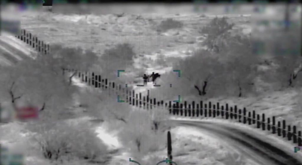 """Foto12 Coiotes na fronteira Vídeo mostra """"coiotes"""" armados guiando imigrantes na fronteira"""