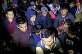 Milícia detém migrantes sob a mira de armas na fronteira dos EUA