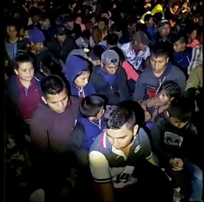 Foto22 Imigrantes detidos  Milícia detém migrantes sob a mira de armas na fronteira dos EUA