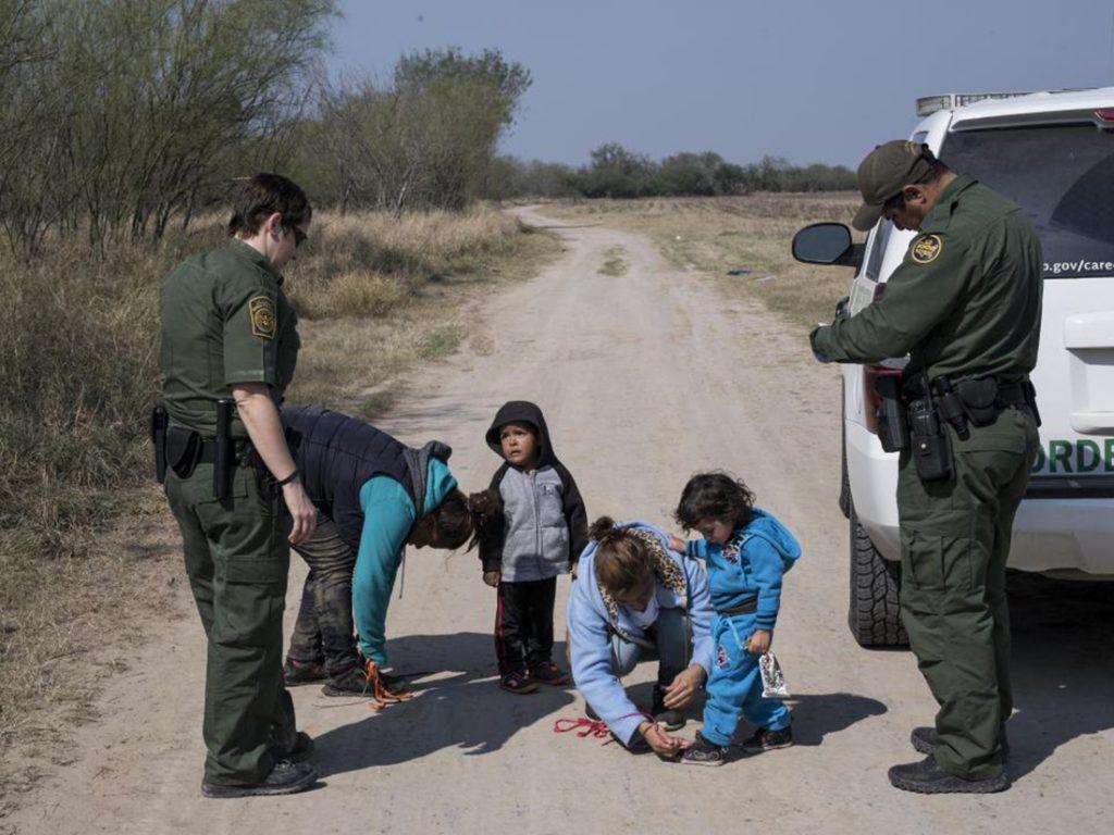 Foto23 Imigrantes na fronteira Patrulheiros coletarão impressões digitais de crianças na fronteira com o México